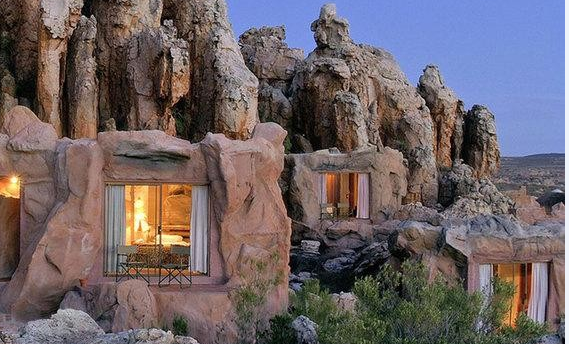 Khách sạn hiện đại trong hang đá
